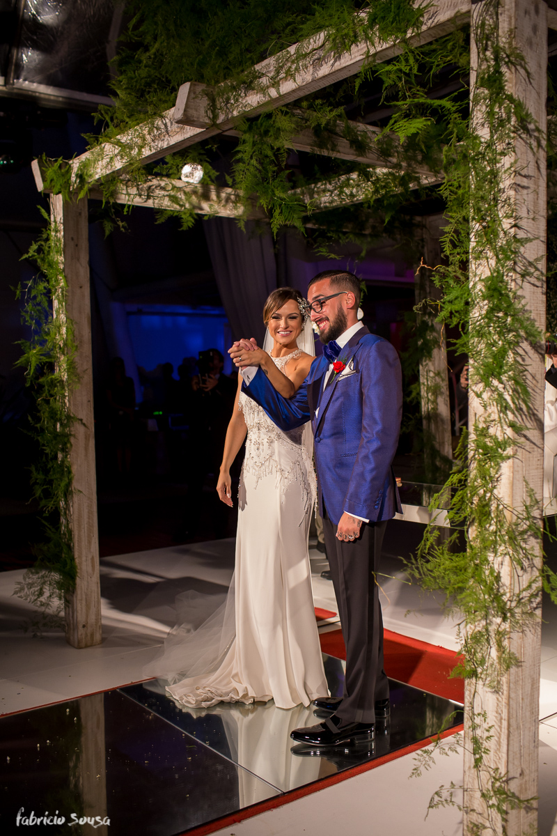 noivos comemoram sua união em frente aos convidados no altar feito no hotel