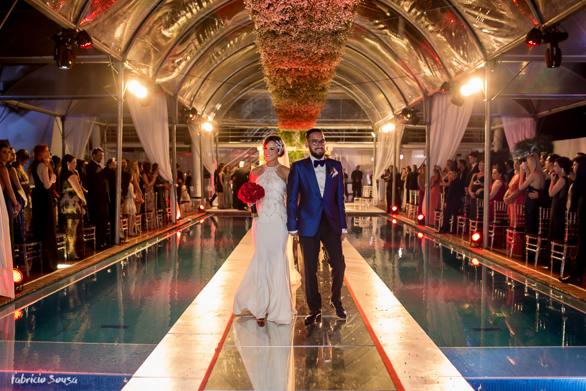 saída dos noivos sobre a piscina do hotel Parador do Estaleiro
