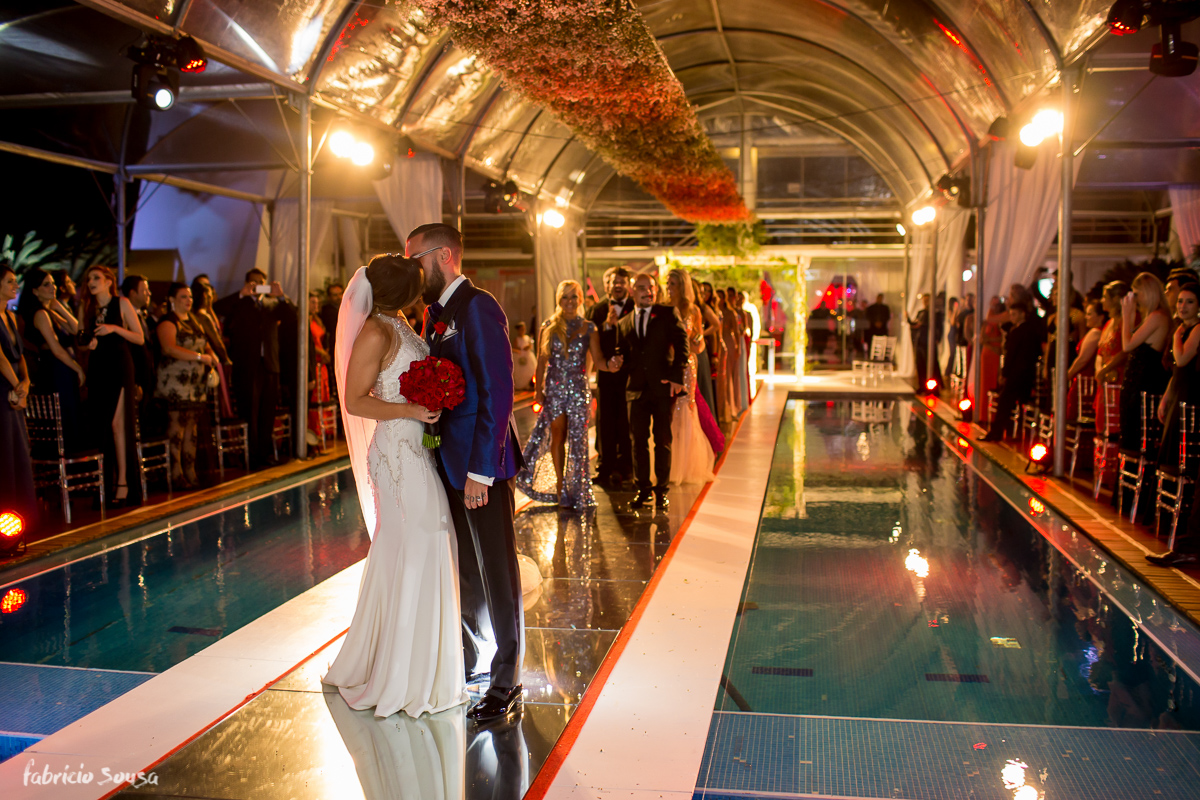 o beijo do casal Alice e Giulliano na saída da cerimônia