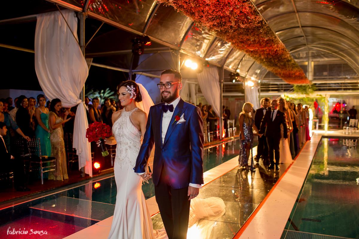 noivos recem-casados na saída da cerimônia