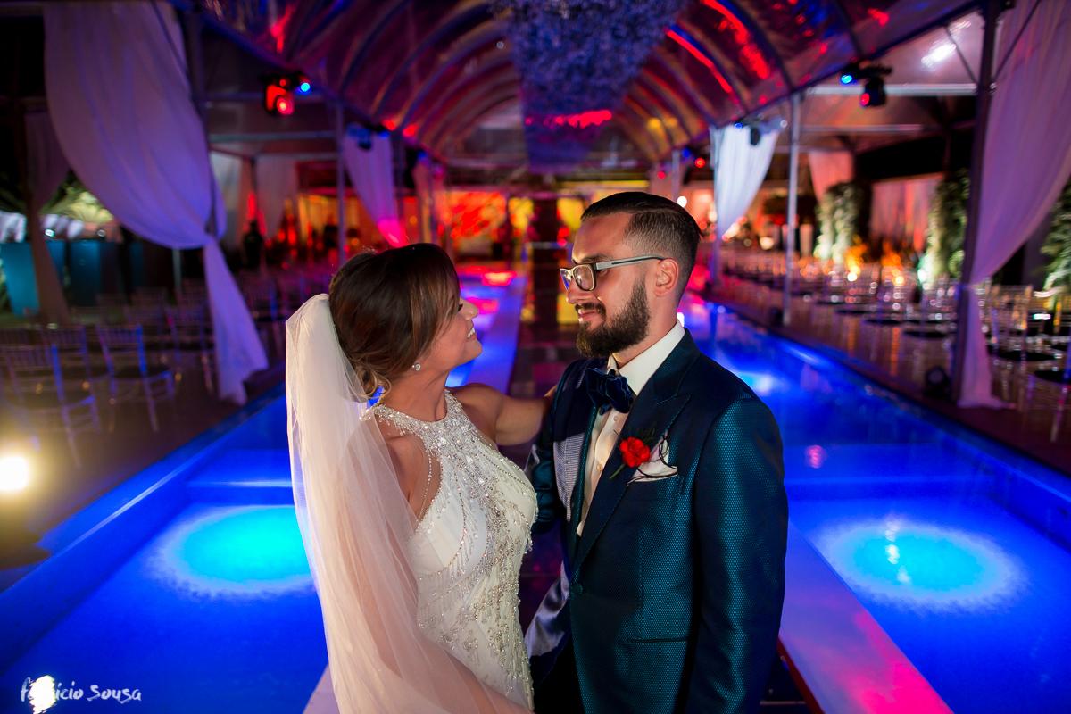 troca de olhares dos noivos com belíssima decoração de casamento no hotel Parador do Estaleiro em Balneário Camboriú