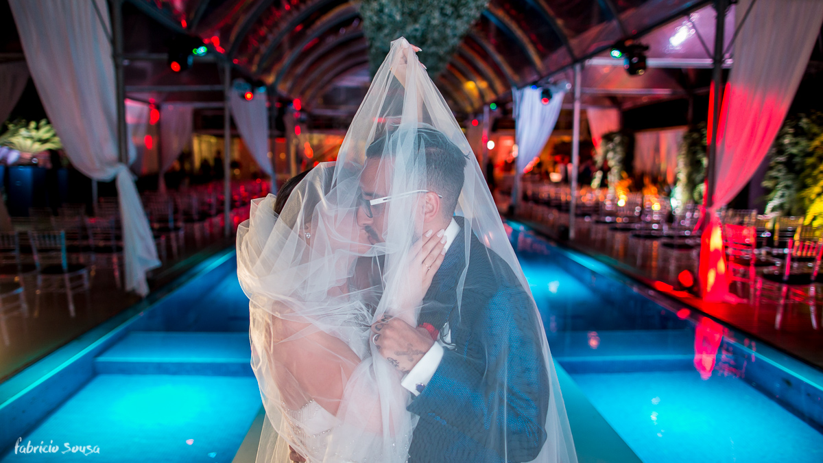 beijo apaixonado dos casados Alice Matos e Giulliano Puga sob a piscina do hotel