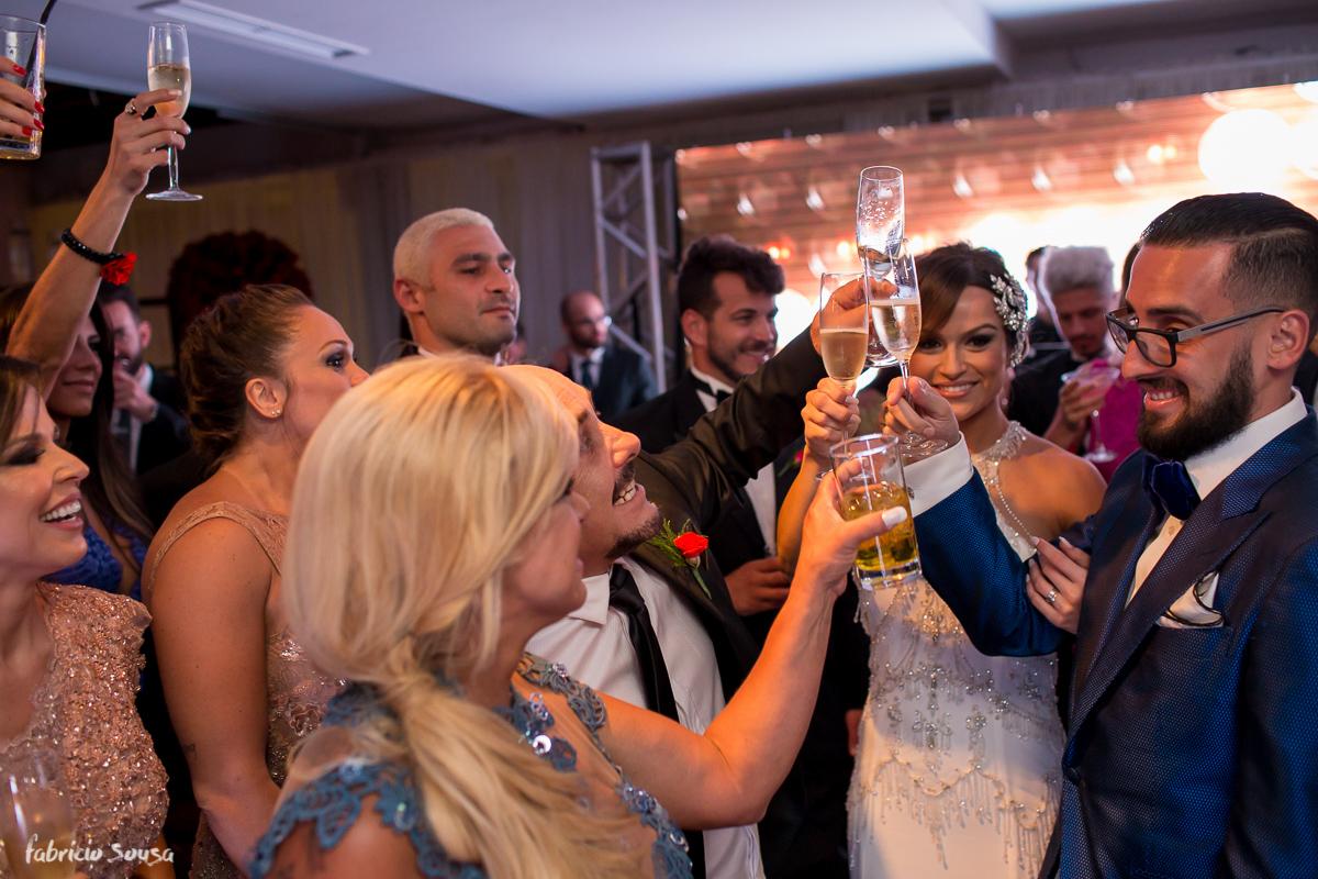 o brinde do casal com os pais na festa