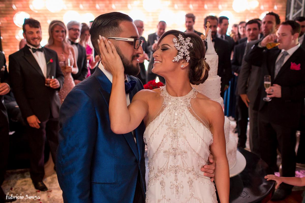 o carinho dos noivos no seu casamento