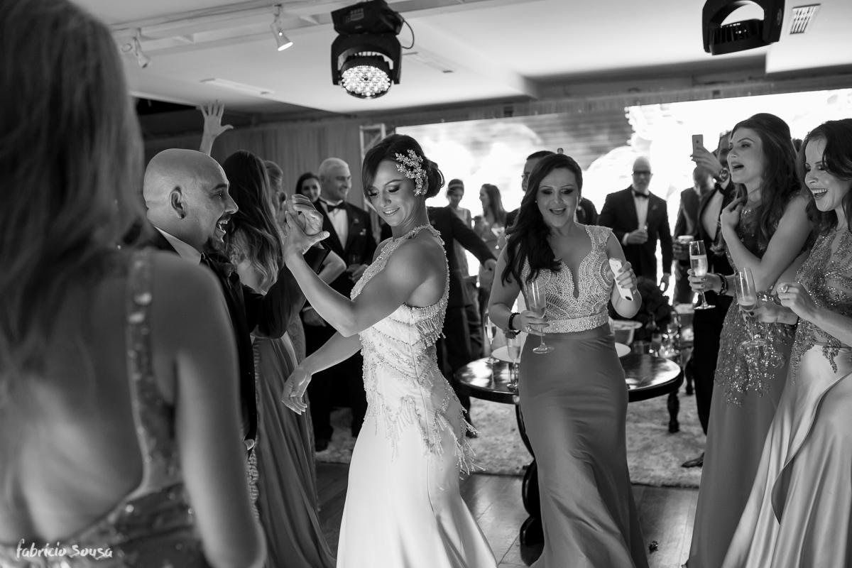 noiva sarada dançando com madrinhas na abertura de sua festa no Parador