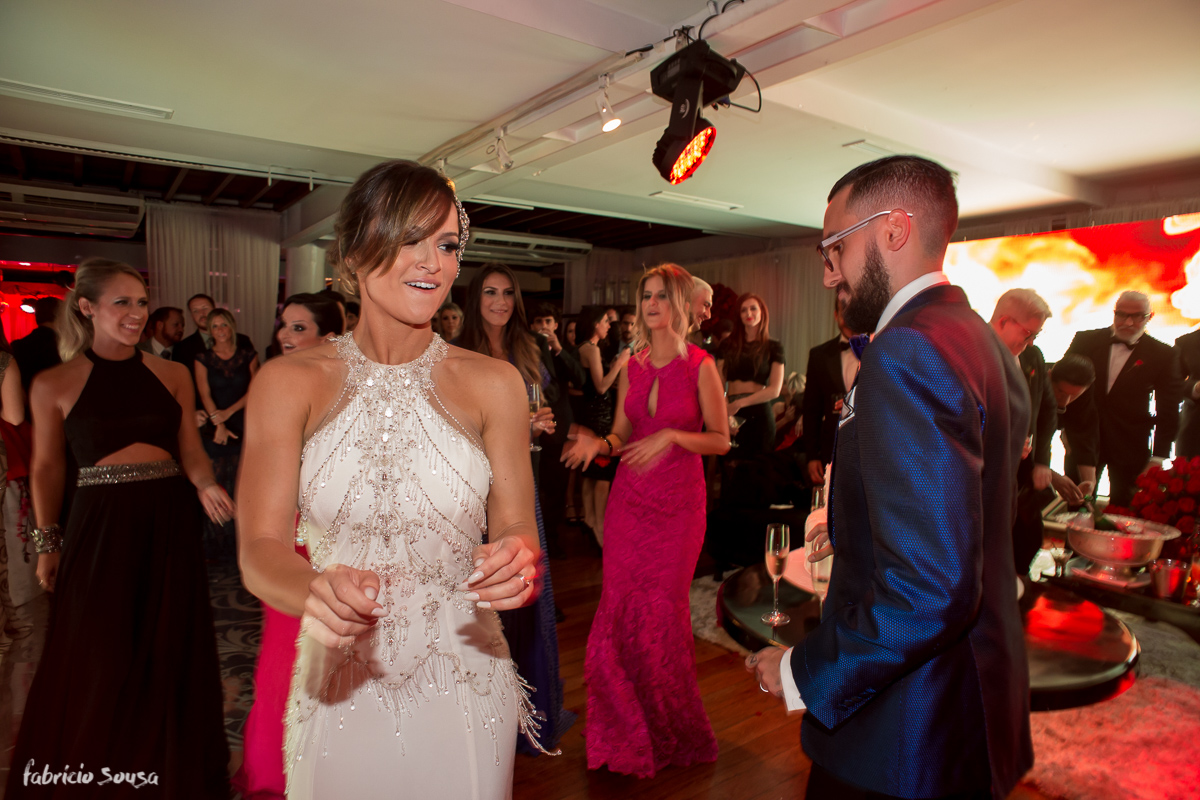 noivos dançando na sua festa com madrinha Nathalia Regina dona da Same No More aluguel de roupas