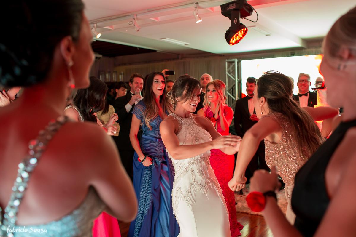 muita animação da noiva com suas madrinhas na festa