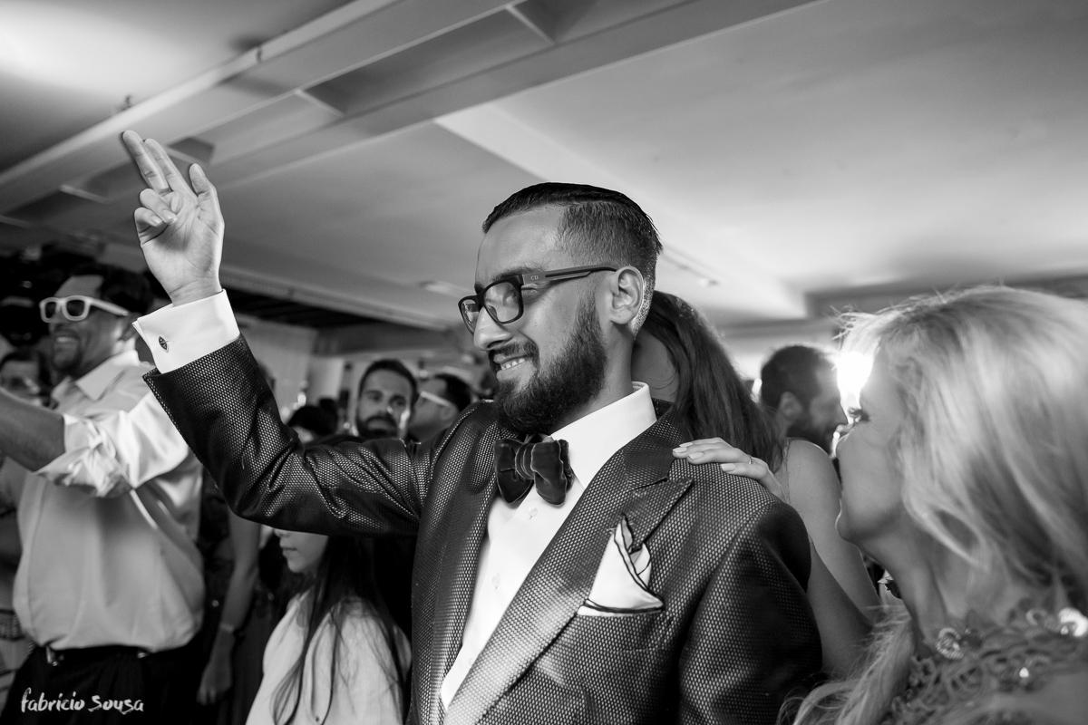 noivo Giulliano dançando na sua festa de casamento