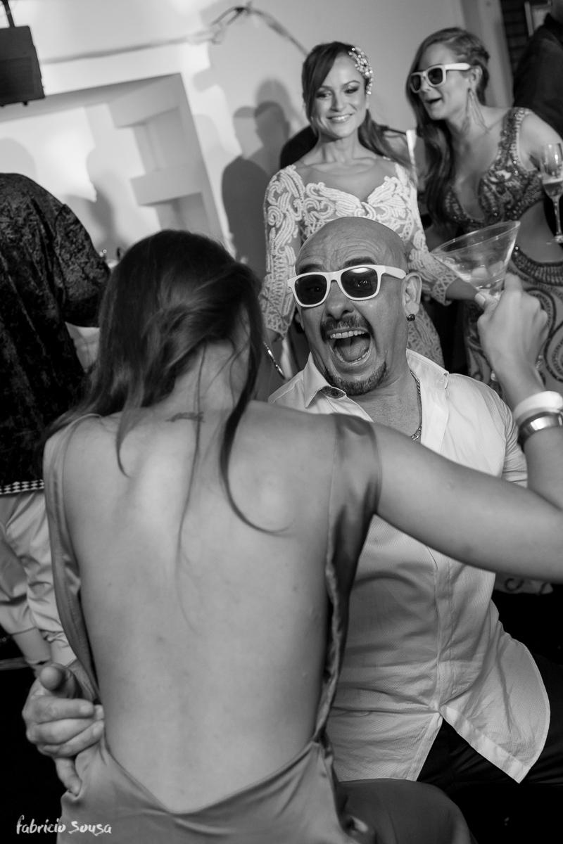 pai do noivo descendo até o chão na festa