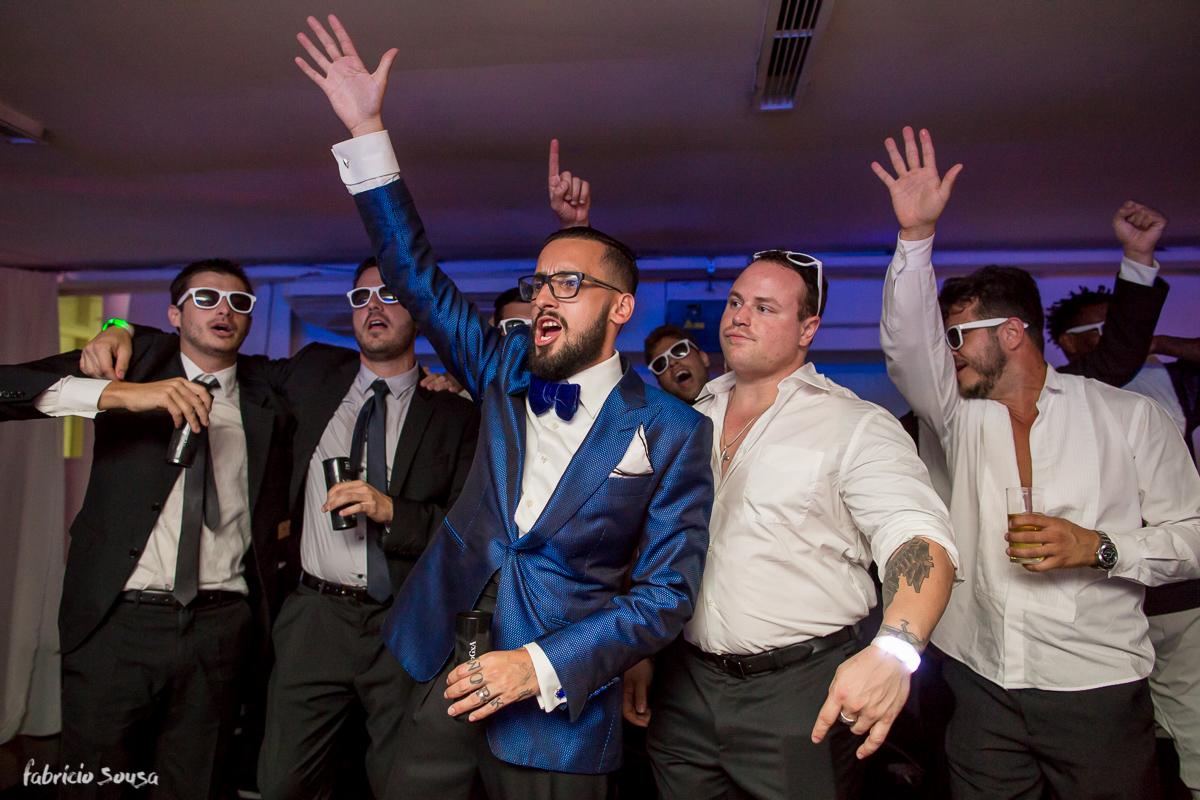 noivo Giulliano dançando e comemorando o casamento
