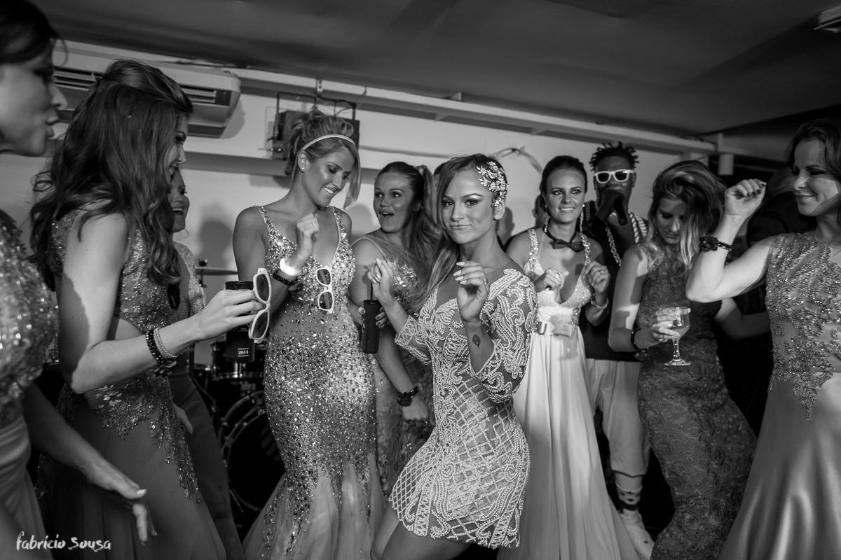 noiva dança com madrinhas no palco da festa de casamento