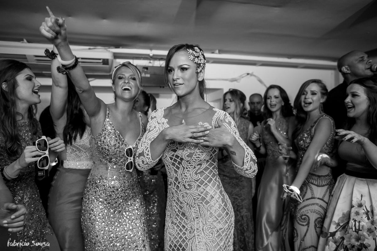 noiva Alice Matos dança com suas madrinhas de honra