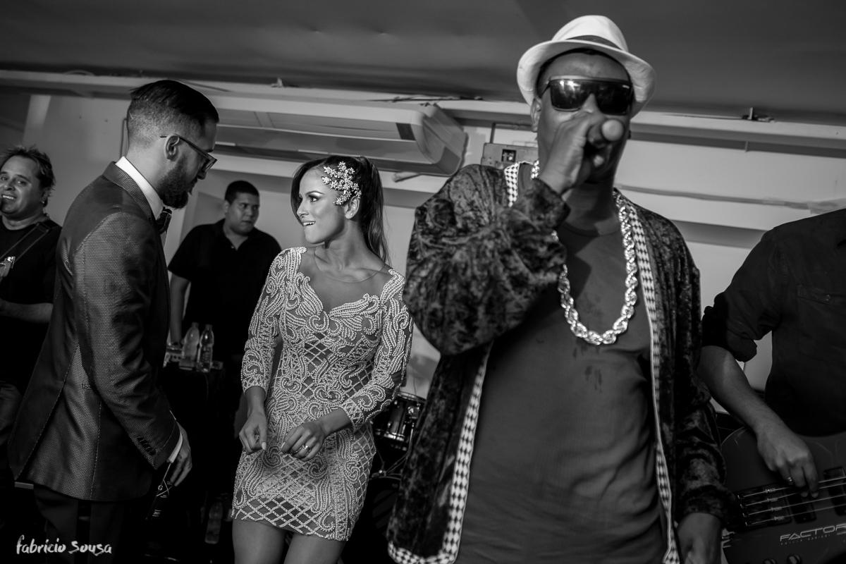 casal Alice e Giu dançando no palco com MC Sapão