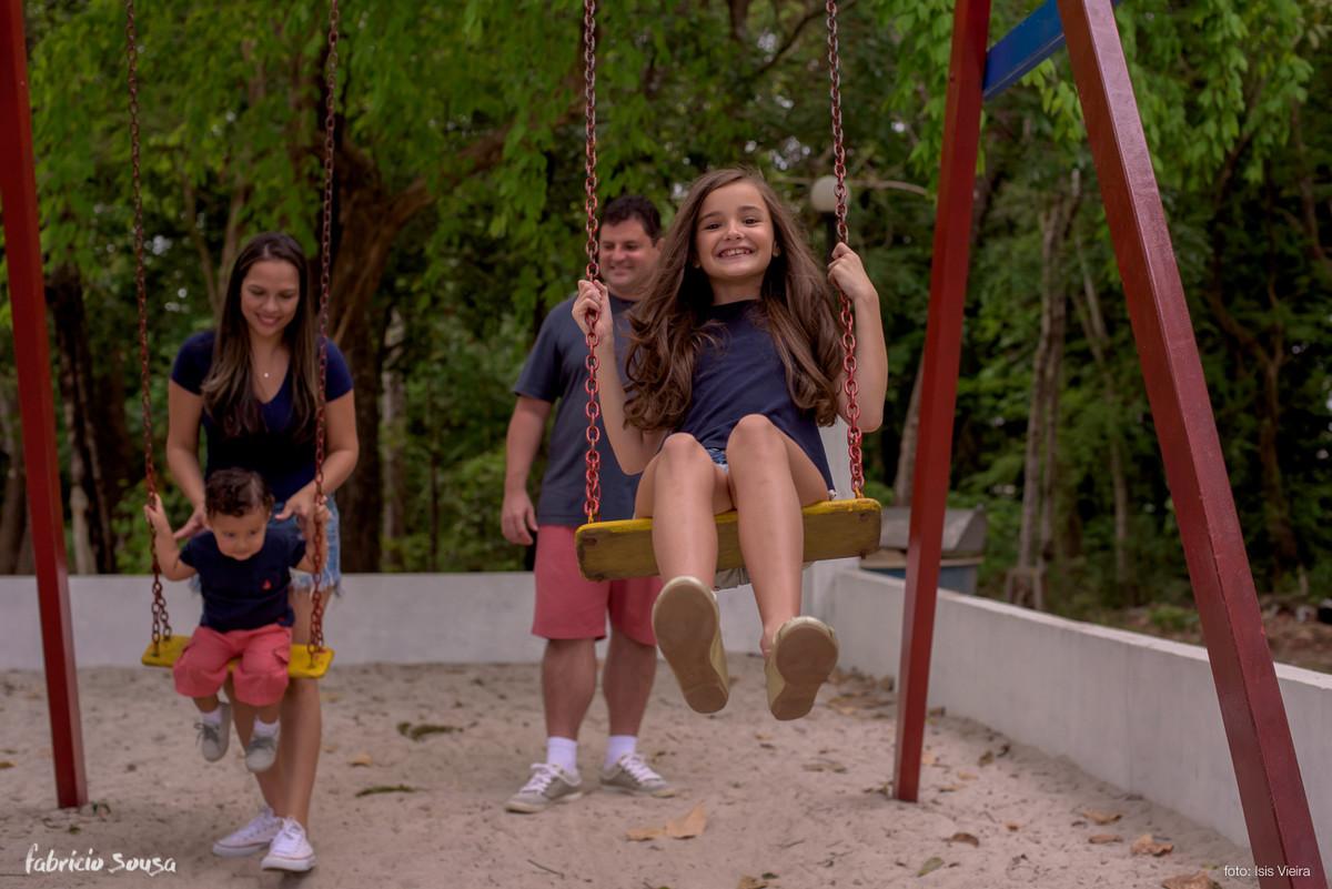 familia brincando no balanço em Macapá