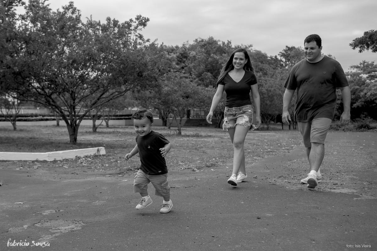 bebe dá seus primeiros passos sob supervisão dos papais