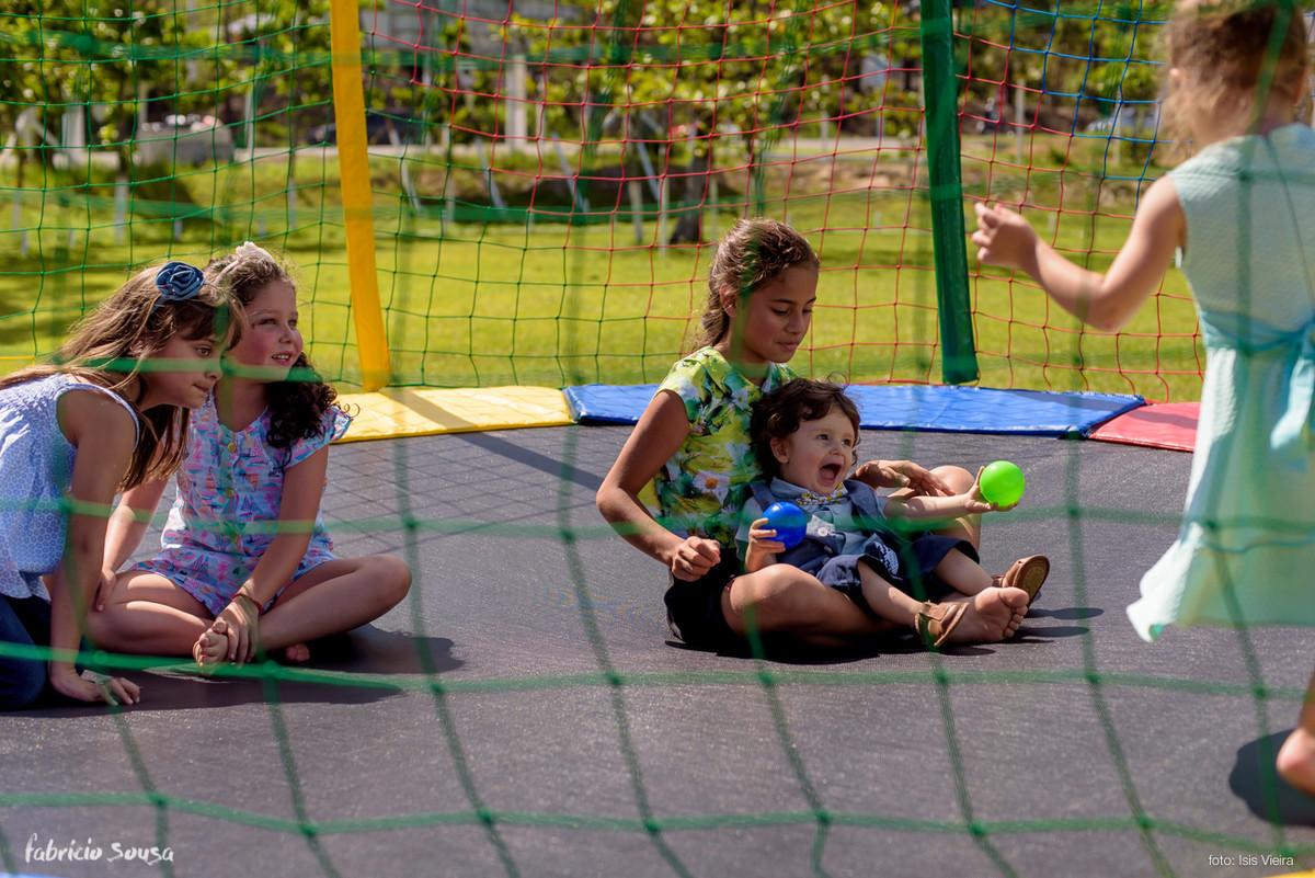 aniversariante Caetano brinca com a criançada no pula-pula