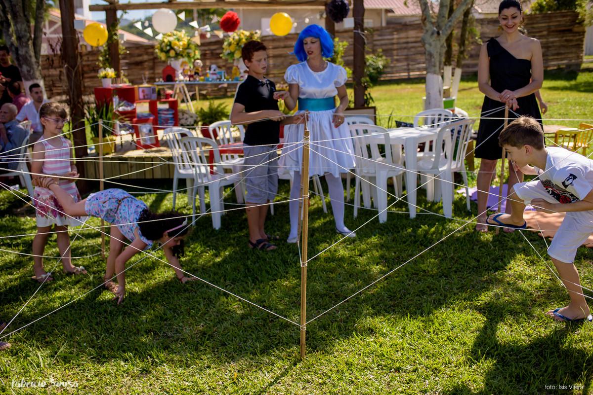 crianças brincam na festa infantil no gramado