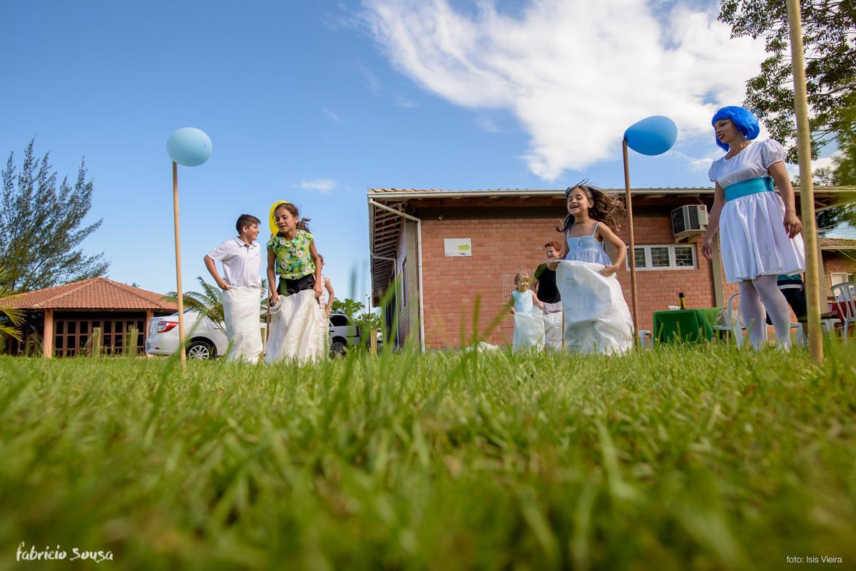 corrida de saco no gramado - festa infantil externa