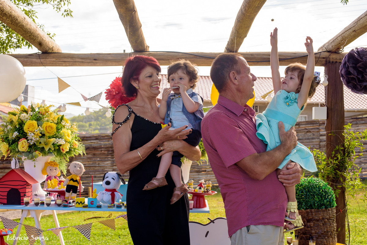 avós orgulhosos na festa infantil posam pra retrato