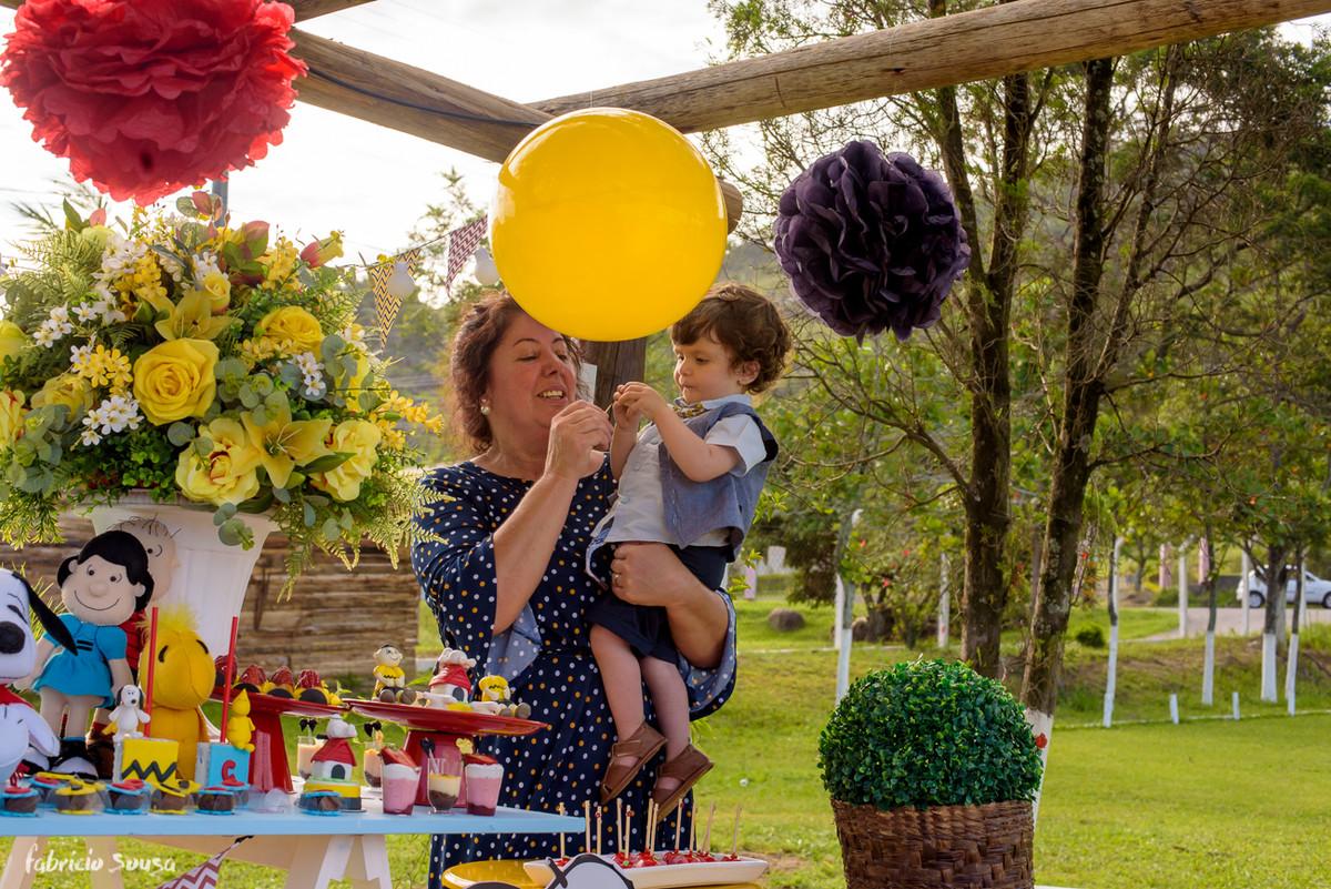 titia carrega aniversariante Caetano na sua festa
