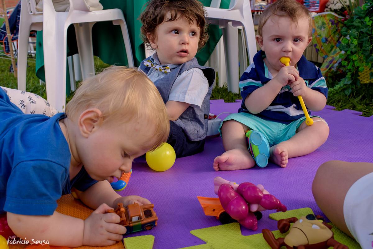 Caetano brinca com amiguinhos no tapete - vários brinquedos