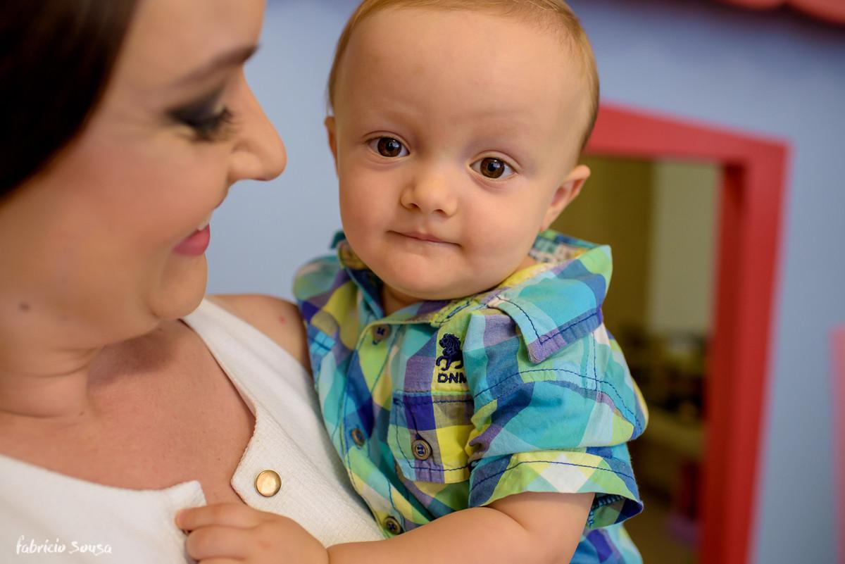 Henrique no colo da mamãe - 1 aninho