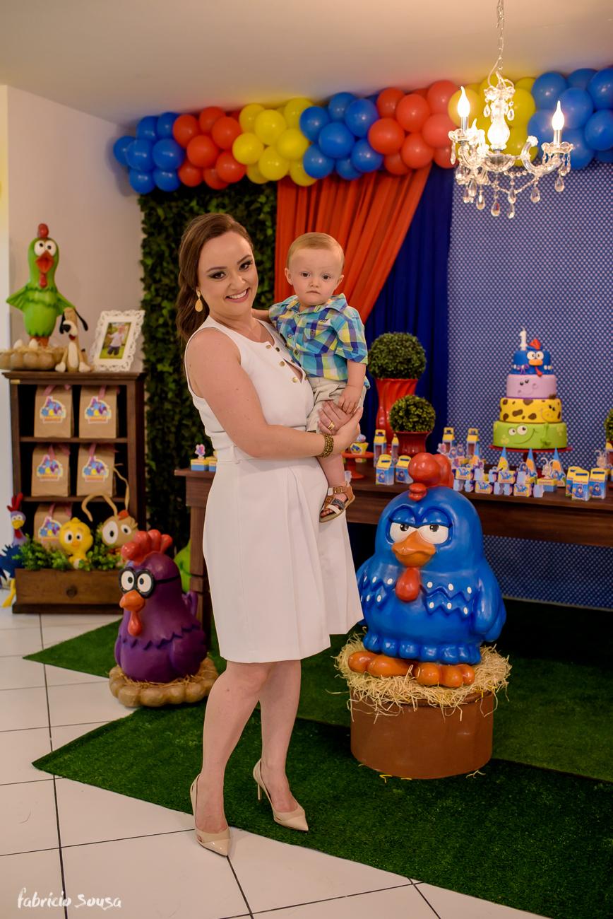 mamae com bebe no colo com decoração galinha pintadinha
