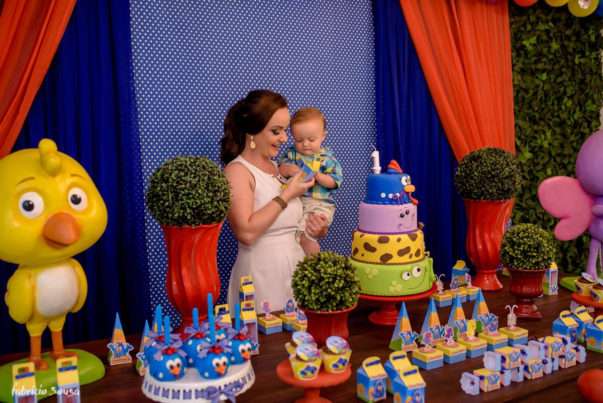 mãe e filho no aniversário infantil de 1 ano