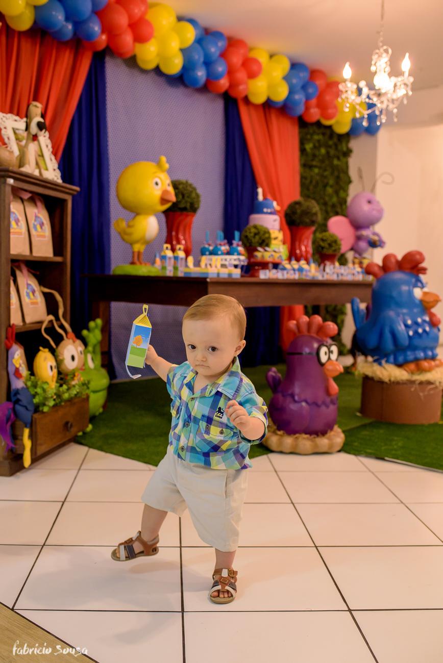bebe de 1 ano caminhando no aniversário infantil com decoração galinha pintadinha
