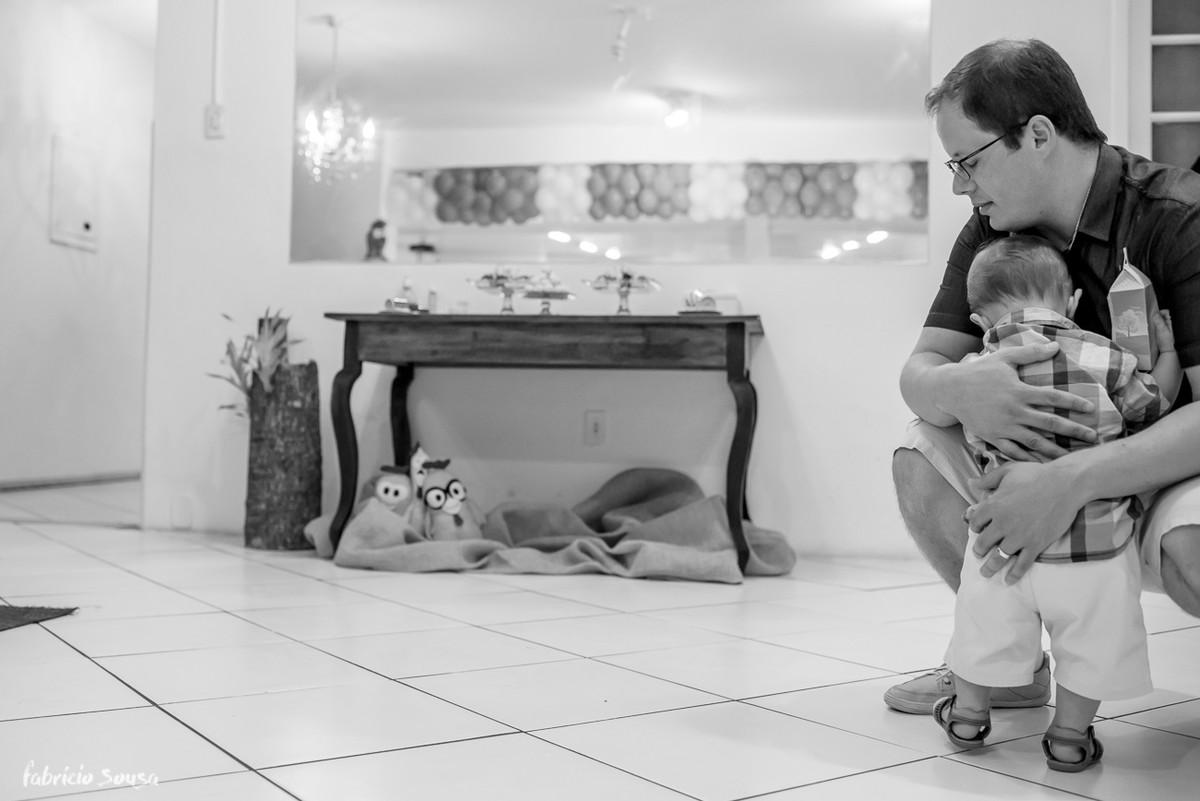 abraço gostoso do papai no filho durante aniversário