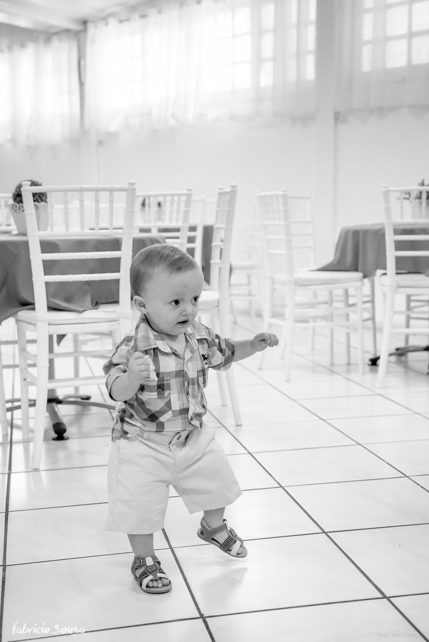 Henrique andando no meio da sua festa