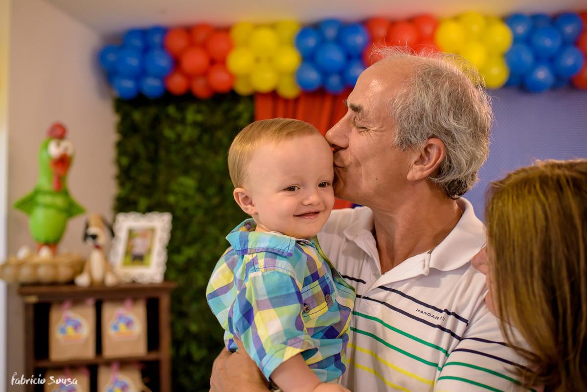 beijo gostoso do vovô no netinho em seu primeiro aniversário