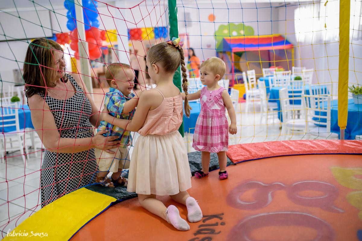 interação da criançada no pula-pula