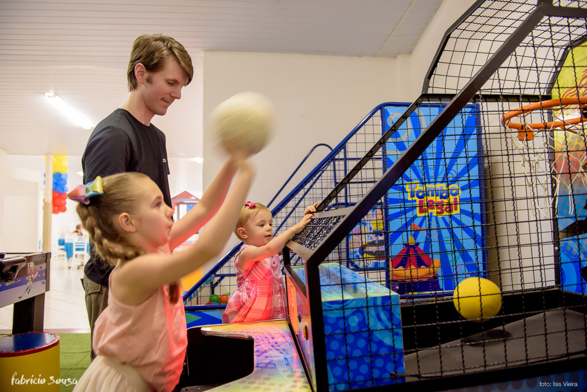 crianças brincando de basquete infantil
