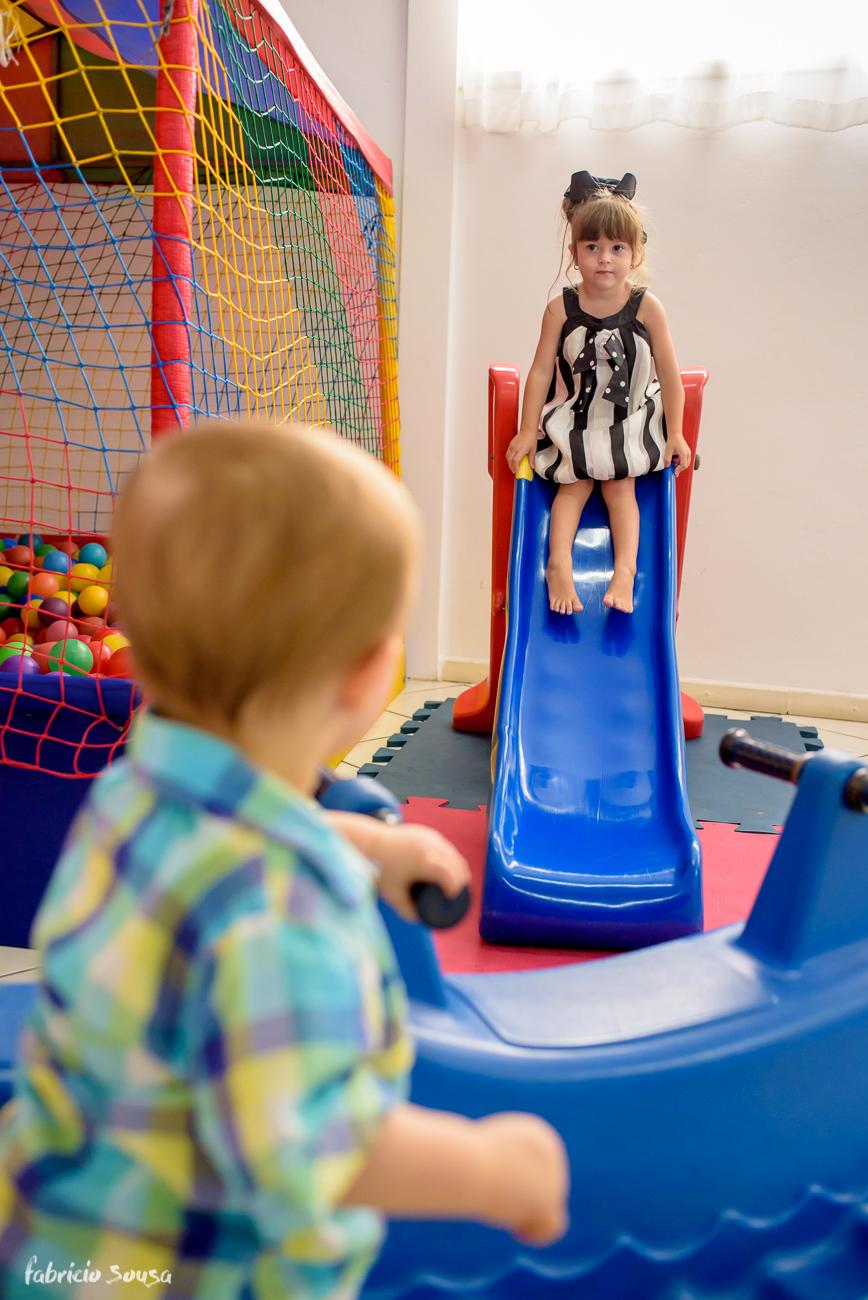crianças brincando no escorregador