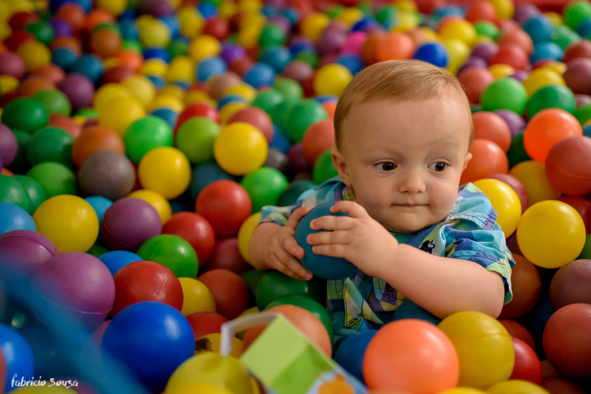 retrato do Henrique 1 ano aniversario infantil na piscina de bolinhas