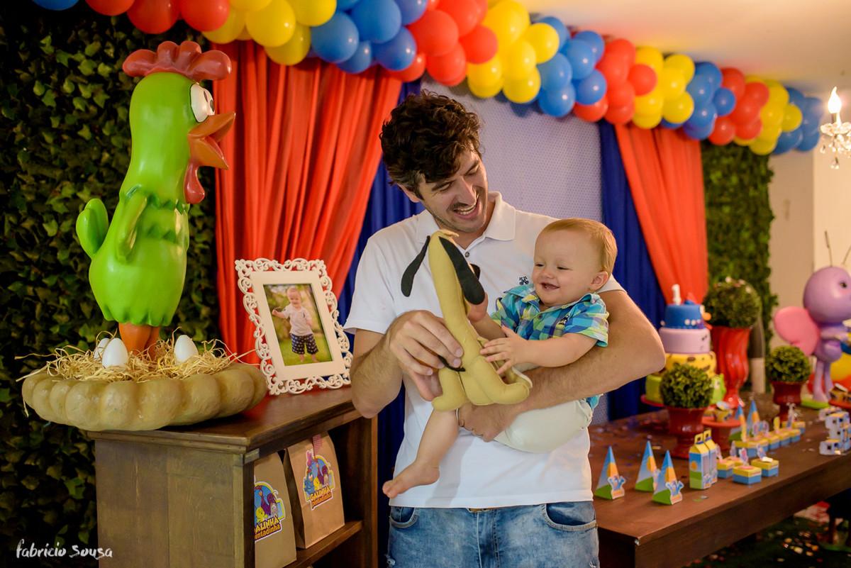 Henrique bebe sorridente brincando com titio Leandro