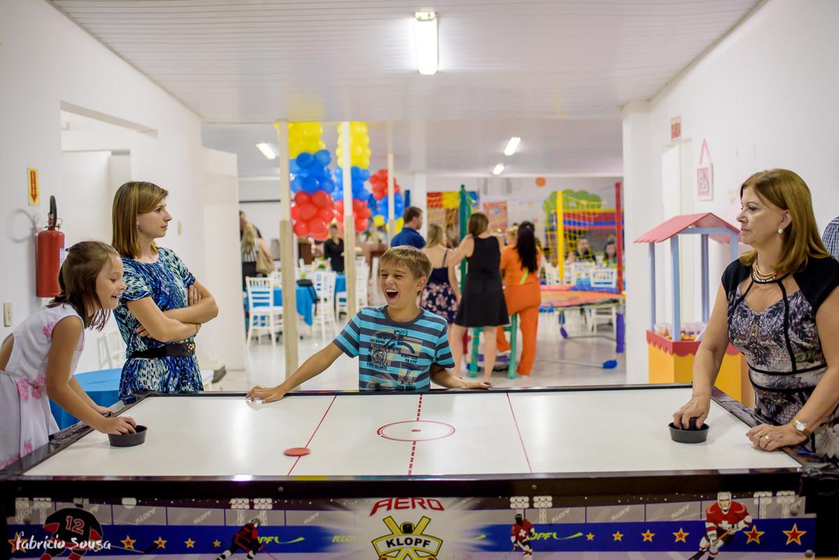 crianças vibrando e brincando durante festa infantil