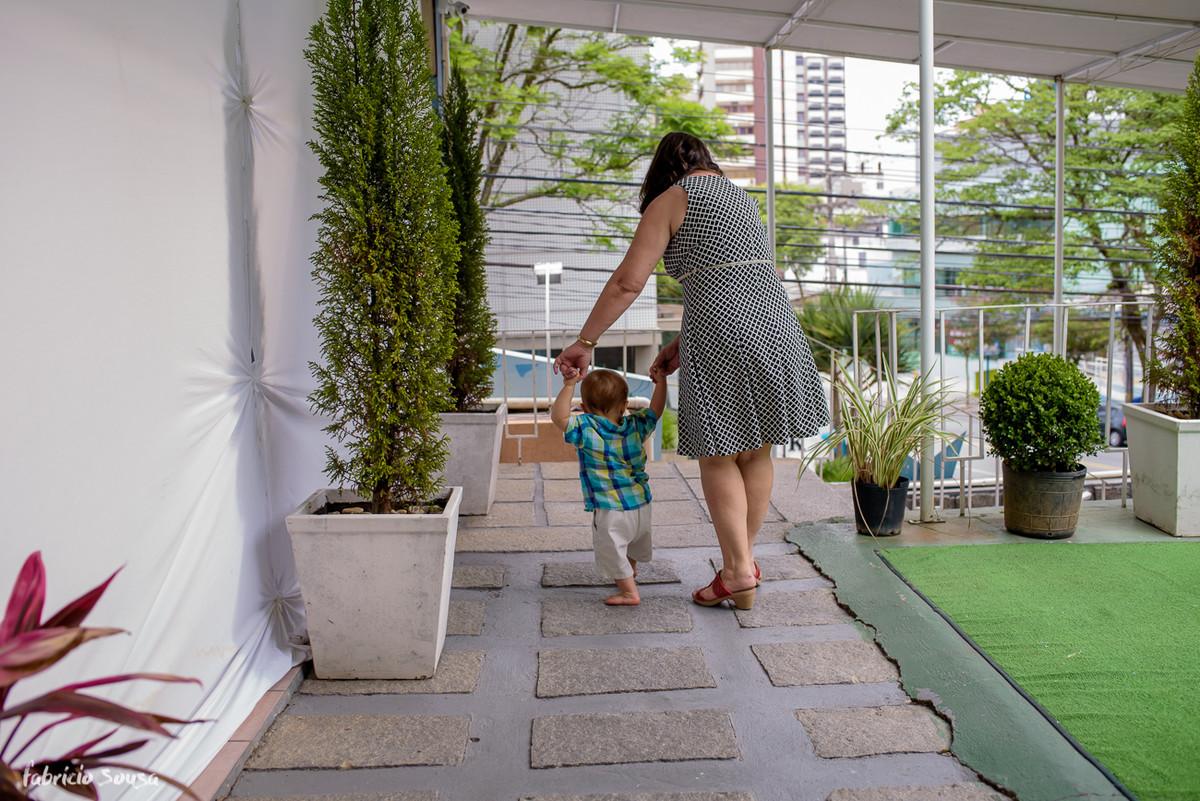 vovó caminhando com neto no final do aniversário infantil