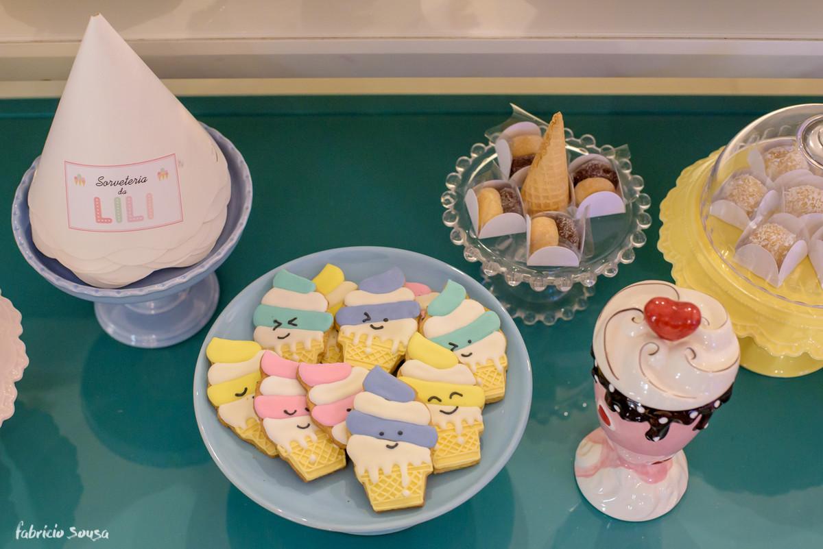 biscoitos feito a mão A Biscoiteria no formato de sorvete na festa infantil