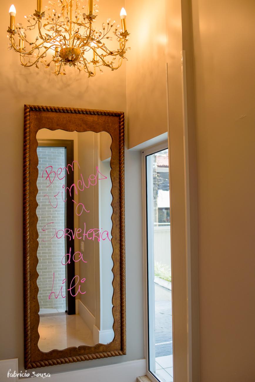 """espelho decorado com escrito """"bem-vindos à sorveteria da Lili"""""""