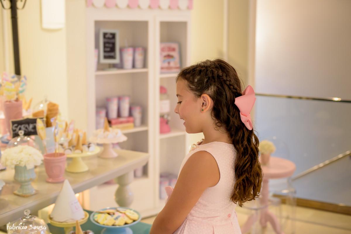 Livia sorri ao ver sua decoração de tema sorvete - Sorveteria da Lili