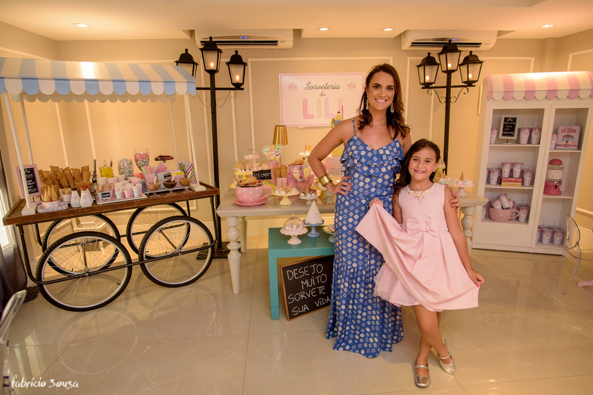 mãe e filha posam em frente a decoração do aniversário infantil