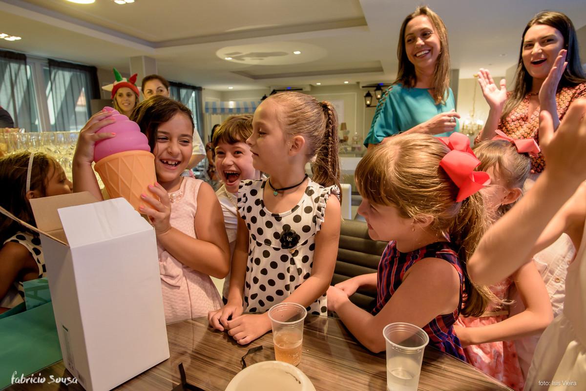 aniversariante abre presente sorvete na sua festa infantil - criançada alegre