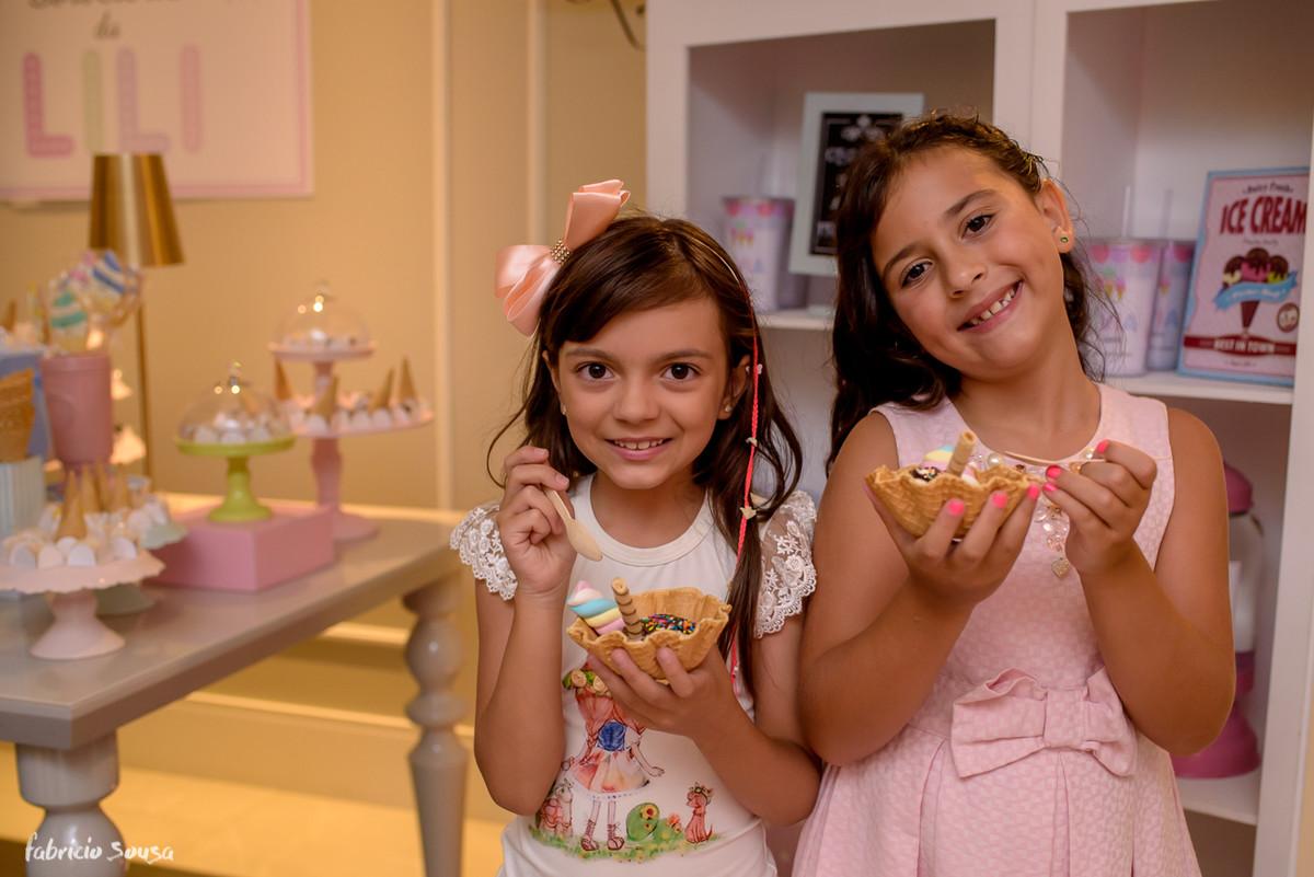 retrato das meninas tomando sorvete