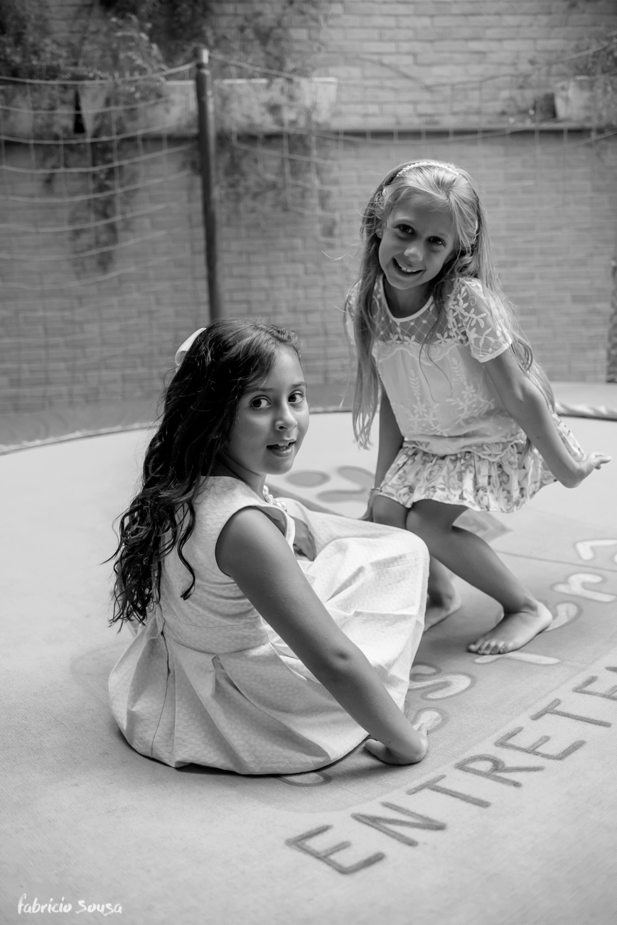 retrato em preto em branco das meninas no pula-pula