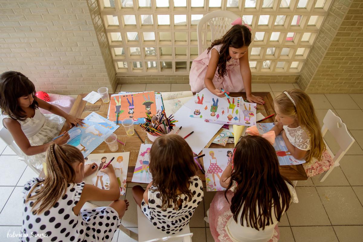 meninas brincando e desenhando durante festa de aniversario infantil