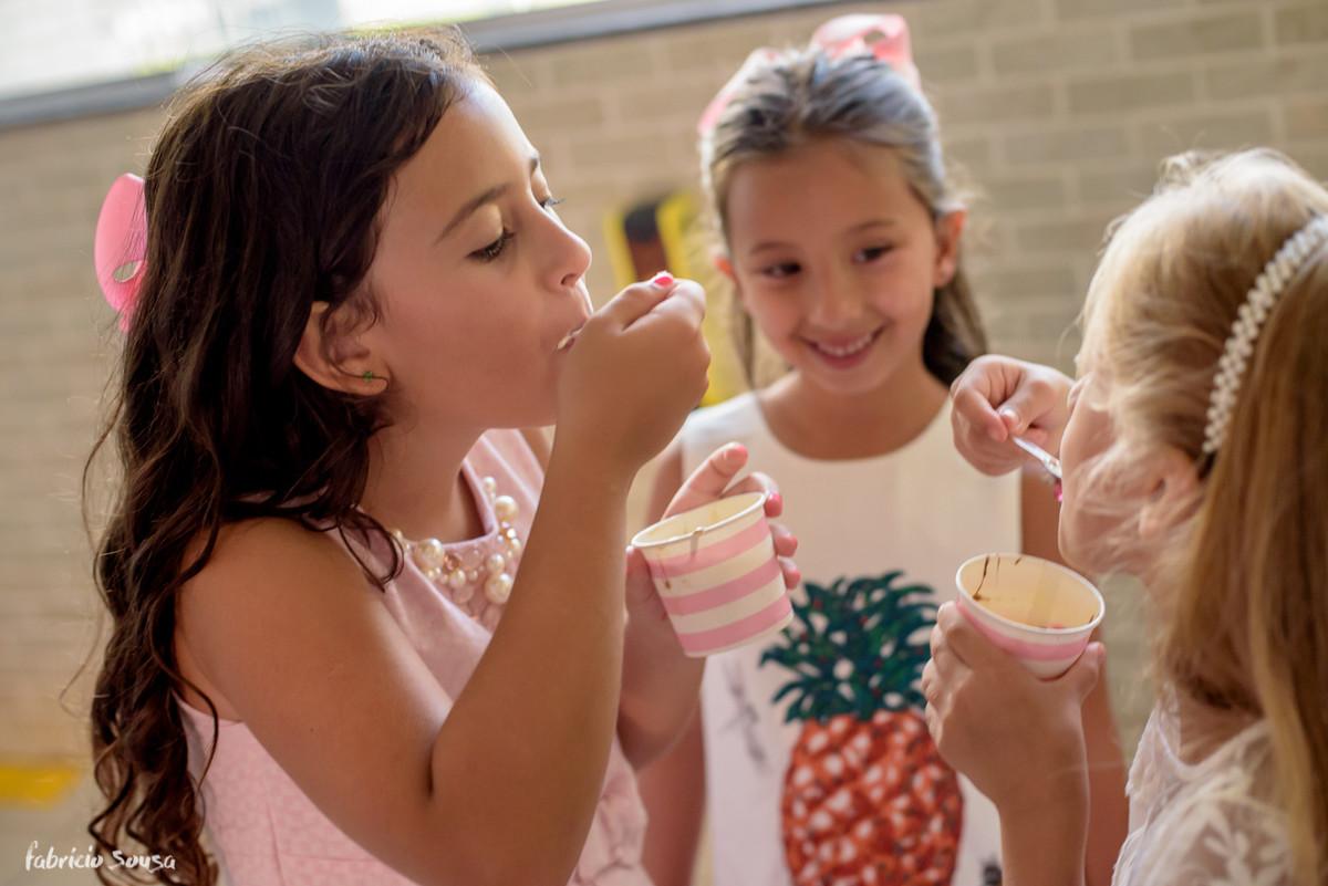 meninas se divertem tomando sorvete