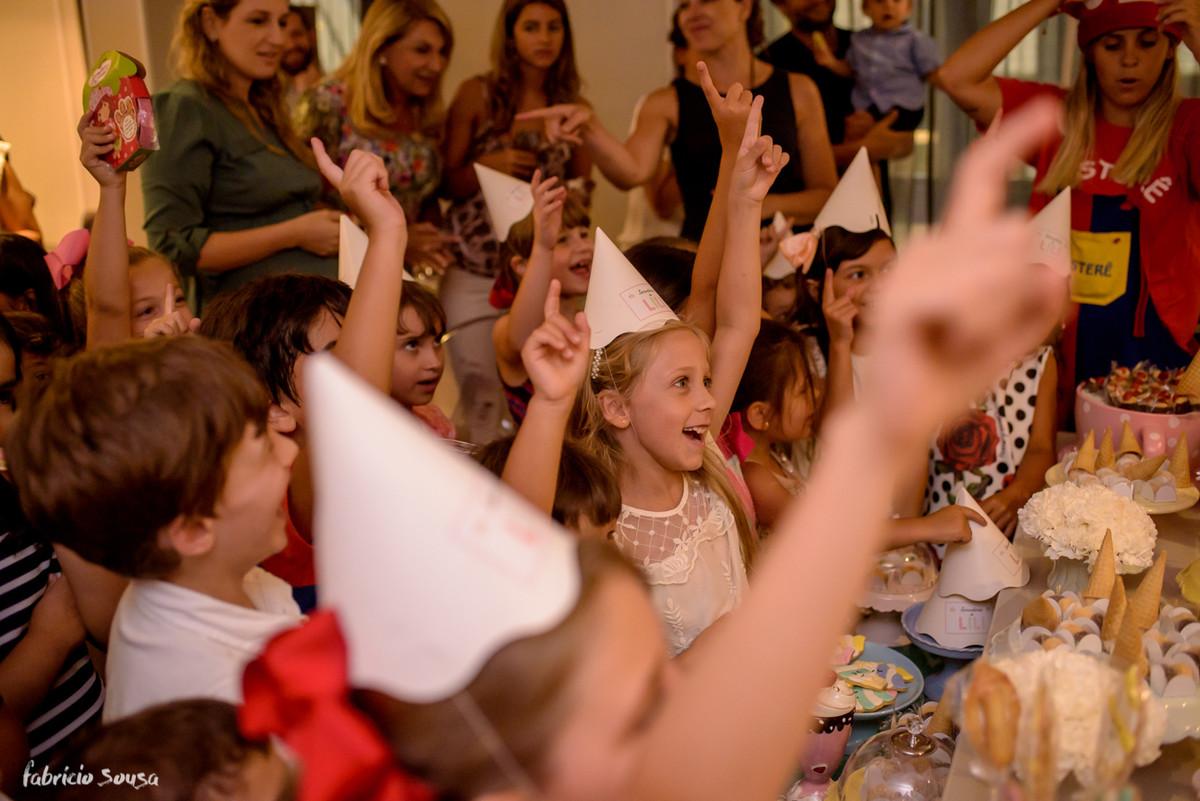 criançada animada na hora dos parabéns