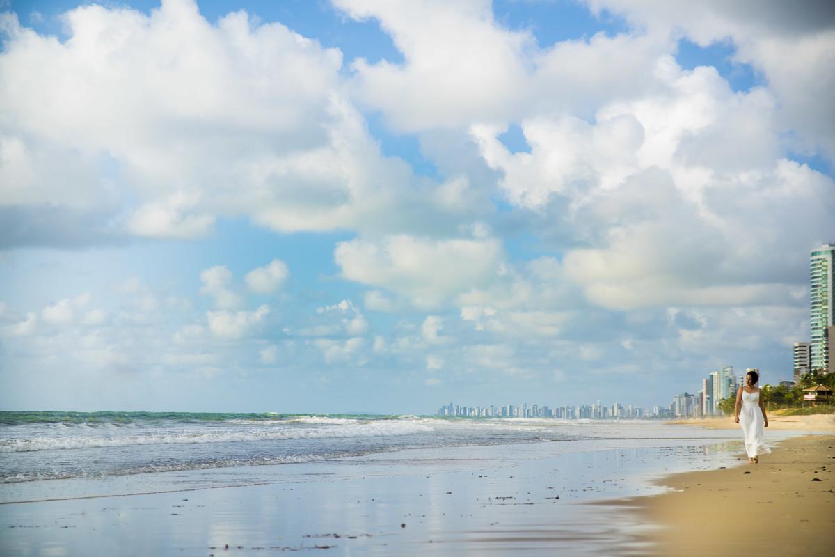 Mulher andando na praia de Boa Viagem em Recife/PE, por Rafaelly Lemos